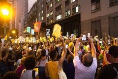 Os estudantes protestam atrav?s de Brasil sobre Jair Bolsonaro & x27; cortes varrendo de s ? educa??o fotografia de stock
