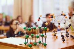 Os estudantes sentam-se na sala de aula e escutam-se uma leitura na ciência foto de stock royalty free