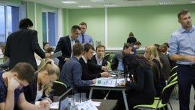 Os estudantes terminam sua tarefa rapidamente e passam os papéis de exame Termina o exame na universidade Grande moderno vídeos de arquivo