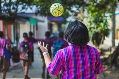 Os estudantes tomam exames Sepak Takraw à cabeça do uso para tocar na bola mim Foto de Stock