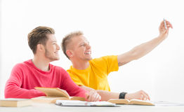 Os estudantes tomam uma imagem do selfie em uma sala de aula Foto de Stock