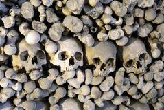 Os et crânes humains dans l'ossuaire dans Kutna Hora Photo stock