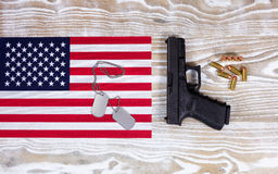 Os EUA embandeiram com equipamento militar no fundo de madeira branco desvanecido Fotos de Stock