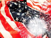 Os EUA embandeiram com os fogos-de-artifício no fundo branco imagens de stock