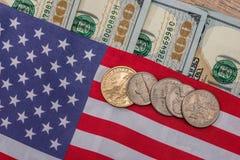 Os EUA embandeiram com notas de dólar e moeda Imagens de Stock Royalty Free