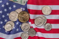Os EUA embandeiram com notas de dólar e moeda Foto de Stock Royalty Free