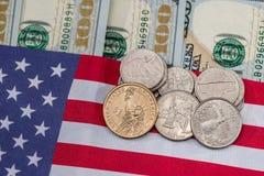 Os EUA embandeiram com notas de dólar e moeda Fotos de Stock Royalty Free