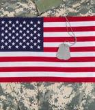 Os EUA embandeiram com uniforme militar e etiquetas de identificação Imagens de Stock