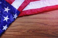 Os EUA embandeiram na cena da placa de madeira de Brown Imagem de Stock Royalty Free