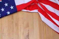 Os EUA embandeiram na placa de madeira de Brown Fundo da bandeira de América Fotos de Stock Royalty Free