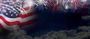 Os EUA embandeiram no fundo da nuvem e do céu com fogos-de-artifício Imagens de Stock Royalty Free