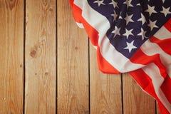 Os EUA embandeiram no fundo de madeira 4o da celebração de julho Fotos de Stock