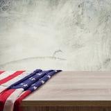 Os EUA embandeiram no fundo e na textura de madeira da parede do cimento com espaço Imagens de Stock Royalty Free