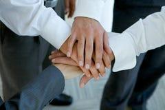 os executivos agrupam as mãos de conexão foto de stock