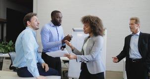 Os executivos agrupam discutem na reunião, conflito da equipe, empresários que têm o problema ao trabalhar junto video estoque