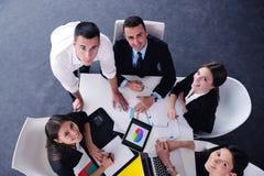 Os executivos agrupam em uma reunião no escritório Imagens de Stock