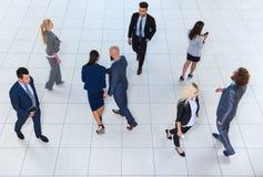 Os executivos agrupam indo, empresários ocupados Team Crowd Colleague Fotos de Stock Royalty Free