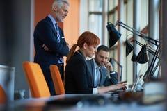 Os executivos agrupam na reunião Imagem de Stock