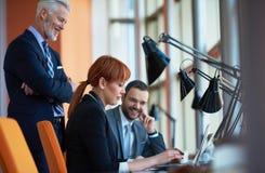 Os executivos agrupam na reunião Fotos de Stock