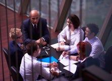 Os executivos agrupam na reunião no escritório brilhante moderno fotografia de stock