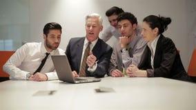 Os executivos agrupam na reunião no escritório startup moderno,