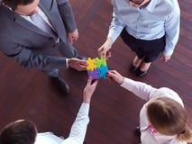 Os executivos agrupam o enigma de serra de vaivém de montagem Fotos de Stock Royalty Free