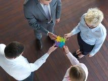 Os executivos agrupam o enigma de serra de vaivém de montagem Imagem de Stock Royalty Free