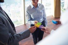 Os executivos agrupam o enigma de serra de vaivém de montagem Imagem de Stock
