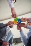Os executivos agrupam o enigma de serra de vaivém de montagem Fotografia de Stock Royalty Free