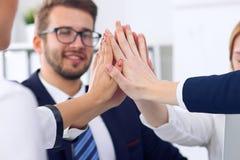 Os executivos agrupam trabalhos de equipa mostrando felizes e as mãos de junta ou a doação de cinco após ter assinado o acordo ou Imagens de Stock