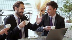 Os executivos apreciam o almoço saudável video estoque