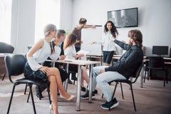 Os executivos bem sucedidos são de fala e de sorriso durante no escritório foto de stock royalty free