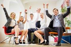 Os executivos comemoram e apertam seus punhos no ar fotografia de stock