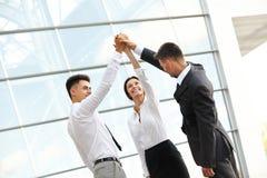 Os executivos comemoram o projeto bem sucedido Team o trabalho Fotografia de Stock