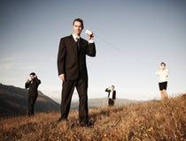 Os executivos comunicam o conceito do telefone do copo de papel fora Imagens de Stock