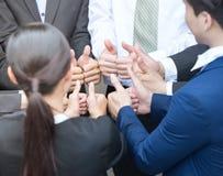 Os executivos dão os polegares acima do sinal imagens de stock royalty free