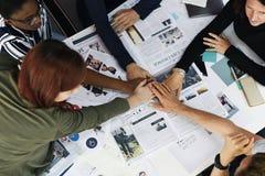 Os executivos da cooperação dos trabalhos de equipa entregam junto Fotos de Stock