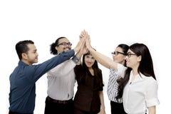 Os executivos da diversidade fazem um gesto cinco alto Foto de Stock Royalty Free