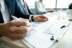 Os executivos de trabalho analisam dados do mercado do elevado desempenho Imagens de Stock