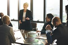 Os executivos diversos estão reunindo-se imagem de stock royalty free