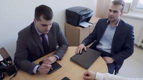 Os executivos do grupo têm a reunião no escritório video estoque