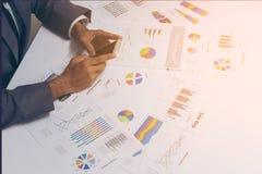 Os executivos entregam o trabalho com um smartphone no fundo branco da tabela Imagem de Stock Royalty Free