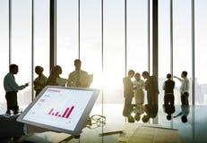 Os executivos mostram em silhueta o desenvolvimento de trabalho Perfor das estatísticas imagem de stock royalty free