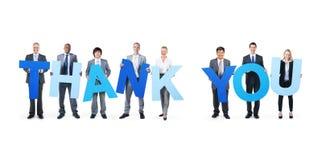 Os executivos multi-étnicos que guardam a palavra agradecem-lhe Fotografia de Stock