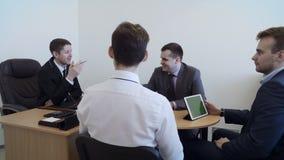 Os executivos novos do grupo têm a reunião no escritório video estoque