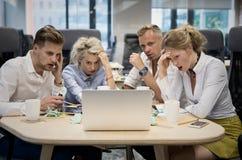 Os executivos são preocuparam-se sobre resultados da finança imagens de stock