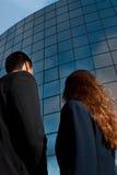 Os executivos suportam no edifício moderno fotos de stock royalty free