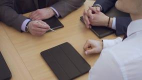 Os executivos têm a reunião no escritório video estoque