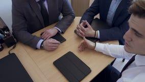 Os executivos têm a reunião no escritório vídeos de arquivo