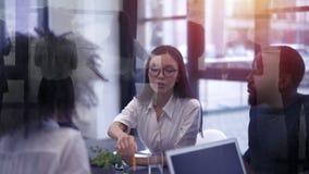 Os executivos trabalham junto Conceito da empresa startup video estoque